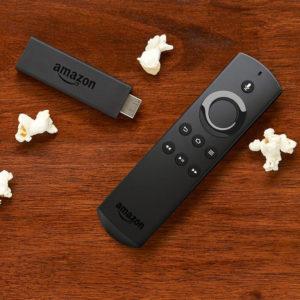Fire TV con Alexa ha un pulsante per Alexa sulla parte superiore. Quelli più recenti hanno anche i pulsanti del volume. (questa non)